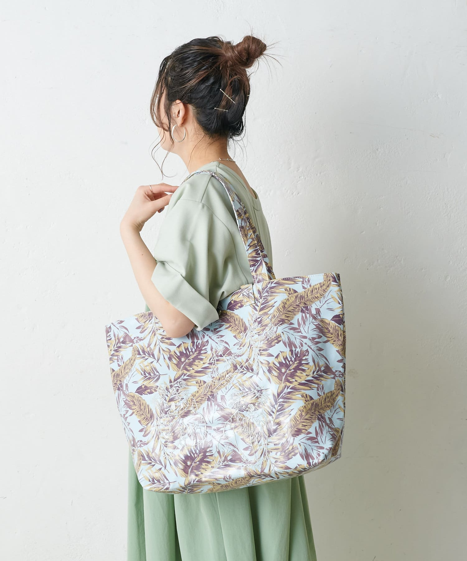 ear PAPILLONNER(イア パピヨネ) ラミネート刺繍トートバッグ