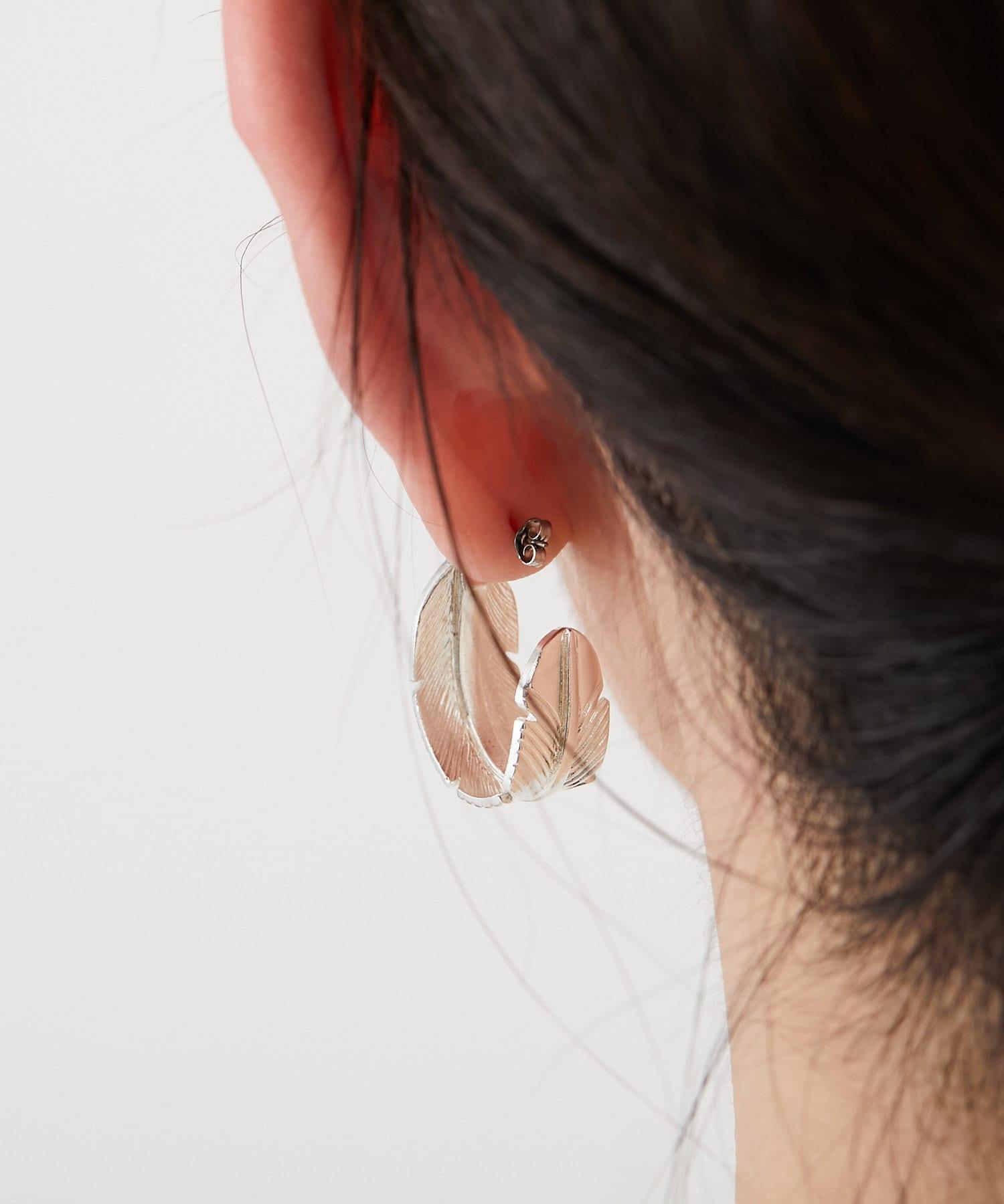 ear PAPILLONNER(イア パピヨネ) フェザーフープピアス