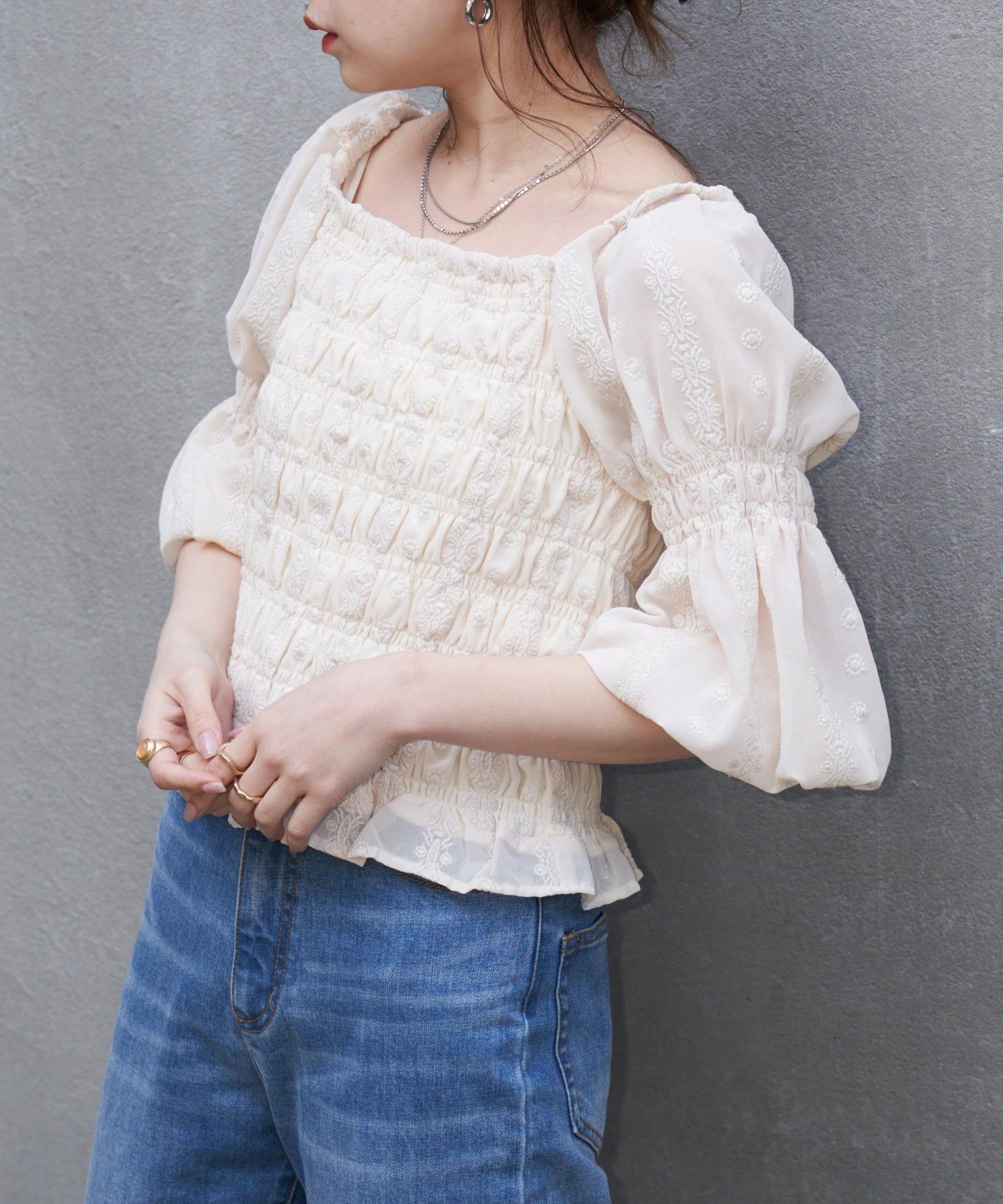 who's who Chico(フーズフーチコ) 5分袖シャーリング刺繍ブラウス