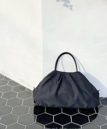 RIVE DROITE(リヴドロワ) 【柔らかい印象のフォルムが魅力】サテンタックバッグ