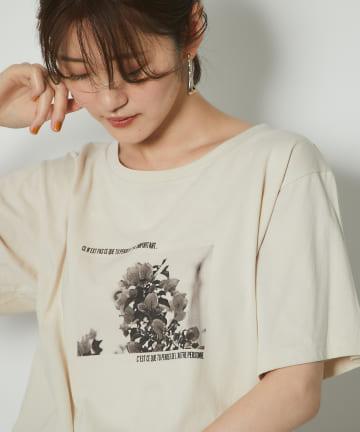 un dix cors(アンディコール) 【《トレンドライクな着こなし》洗える】モノクロフラワーフォトTシャツ