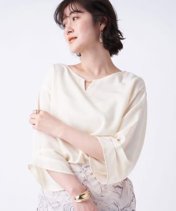 un dix cors(アンディコール) 【顔周りを華やかに見せてくれる】衿チェーン袖タックブラウス