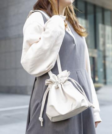 3COINS(スリーコインズ) 【小物で彩る季節の装い】巾着ショルダーバッグ
