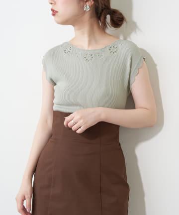 natural couture(ナチュラルクチュール) 衿ぐりお花刺繍強撚リブニット
