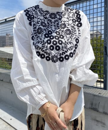 CPCM(シーピーシーエム) 花刺繍長袖ブラウス