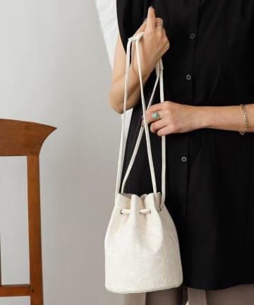 COLONY 2139(コロニー トゥーワンスリーナイン) 【WEB限定カラー:ピンク】フラワーエンボス巾着バッグ